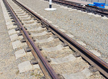 Eisenbahnlinie auf einem Kieshügel Stockbilder