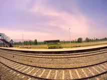 Eisenbahnlinie in der schönen Hügelstation Stockfoto