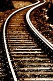 Eisenbahnlinie, die in Abstand sich schlängelt lizenzfreie stockbilder