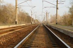 Eisenbahnlinie, die in den Abstand verlässt Lizenzfreie Stockbilder