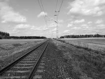 Eisenbahnlinie durch Felder Lizenzfreie Stockbilder