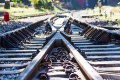 Eisenbahnlinie, Linie, die Eisenbahnlinie kreuzt Stockfotografie