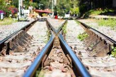 Eisenbahnlinie, Linie, die Eisenbahnlinie kreuzt Stockbild