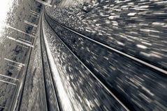 Eisenbahnlinie mit der Hochgeschwindigkeitsbewegung geverwischt Lizenzfreie Stockfotos