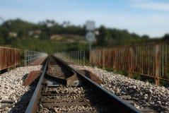 Eisenbahnlinie mit unscharfem Hintergrund Stockfotografie