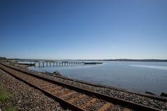 Eisenbahnlinie und Pier, Culross, Schottland Stockfotos