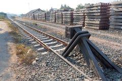 Eisenbahnlinieende auf einer Sperre stockfotos