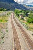 Eisenbahnlinien in der Berglandschaft stockfotos