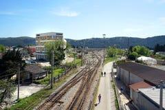 Eisenbahnlinien in der Stangenstadt Stockfotografie