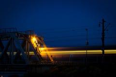 Eisenbahnlinien, die in den Abstand über dem Horizont hinaus ausdehnen Lizenzfreie Stockfotos