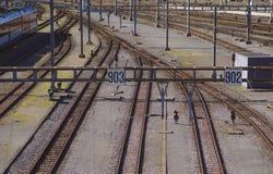 Eisenbahnlinien, die zu den Hauptanschluss führen lizenzfreie stockbilder