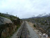 Eisenbahnlinien, die zu den Yukon-Durchlauf führen Stockfotografie