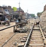 Eisenbahnlinien in einem kleinen Dorf in Indien stockfotos