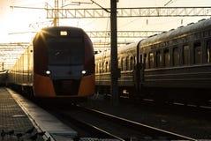 Eisenbahnlinien Major Train Station bei Sonnenaufgang Lizenzfreies Stockbild