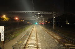 Eisenbahnlinien nachts Stockfotos