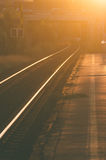 Eisenbahnlinien am Sonnenuntergang Stockfotografie