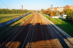Eisenbahnlinien unter der Brücke Stockbild