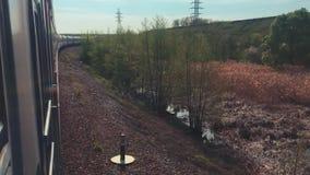 Eisenbahnreisekonzept Sich fortbewegender Zug mit den Passagierlastwagenwagen, die durch Schiene außerhalb des Lebensstils in der stock footage