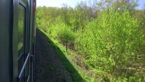 Eisenbahnreisekonzept Sich fortbewegender Zug mit den Passagierlastwagenwagen, die durch Schiene draußen in der schönen Ansicht d stock video