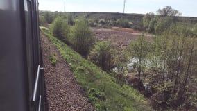 Eisenbahnreisekonzept sich fortbewegender Zug mit den Passagierlastwagenwagen, die durch Schiene draußen im Naturlebensstil sich  stock footage