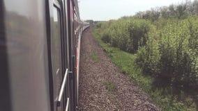 Eisenbahnreisekonzept Sich fortbewegender Zuglebensstil mit den Passagierlastwagenwagen, die durch Schiene in der Natur schön sic stock footage