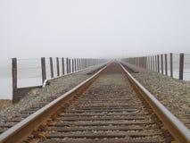 Eisenbahnspuren in Nebel Stockbild