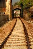Eisenbahnspuren und Torbogen Stockbild