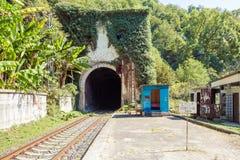 Eisenbahntunnel im Berg und das Zeichen ` stoppen! Sperrgebiet ` nahe dem Bahnhof Psirtskha Stockfotos