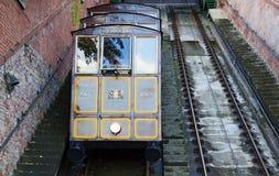 Eisenbahnzug, der oben ein steiler Berg in Budapest geht stockfotografie