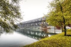Eisenbrücke auf Tessin-Fluss in der Flut lizenzfreies stockbild