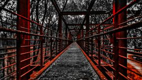 Eisenbrücke mit Spritzen der Farbe stockbilder