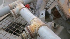 Eiseneisenrohr und andere Materialien im Lager des Krams stockfotos