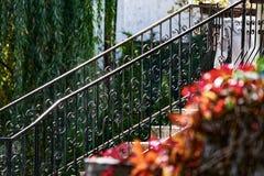 Eisengeländer, Herbstfarben Stockfotos