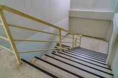 Eisengeländer mit konkretem Treppenhaus Lizenzfreies Stockbild