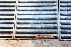 Eisengitter für Abwasserkanäle auf dem street3 Stockbilder