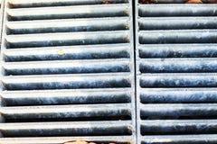 Eisengitter für Abwasserkanäle auf dem street2 Stockfoto