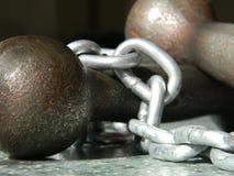 Eisenhandschuhe und -kette auf dem Boden stockbilder