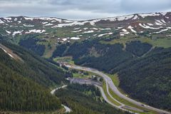 Eisenhower-Tunnel und I-70 in Colorado lizenzfreie stockfotos