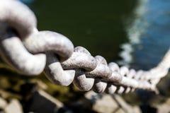 Eisenkette auf dem Riverbank stockfotografie