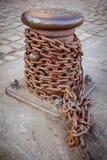 Eisenkette und Verankerungsbeitrag Stockbilder