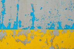 Eisenoberfläche wird mit blaue und gelbe Farbalter Farbe, abgebrochene Farbe, Beschaffenheitshintergrund umfasst Stockbilder