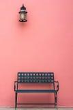 Eisenstuhl vor Wand Stockbilder