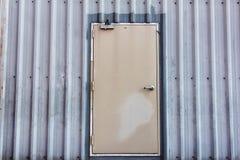 Eisentür auf gewölbter Blechtafel Stockbild