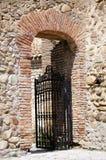 Eisentür in der alten Wand Stockfoto