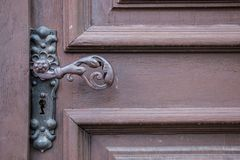 Eisentürgriff einer alten Tür eines historischen Gebäudes lizenzfreie stockfotos