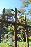 Eisentor in einem Kirchhof Stockbild