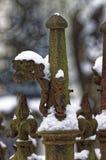 Eisentorspitzen bedeckt im Schnee lizenzfreie stockfotografie