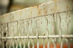 Eisenzaun bedeckt in den Eiszapfen lizenzfreies stockbild