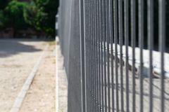 Eisenzaun in einem Park Lizenzfreies Stockfoto