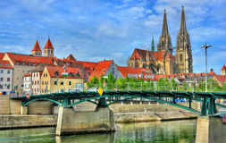Eiserne Brucke,横跨多瑙河的一座桥梁在雷根斯堡,德国 免版税库存照片